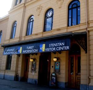 Stenstan Visitor Center har fått sin entréskylt på plats