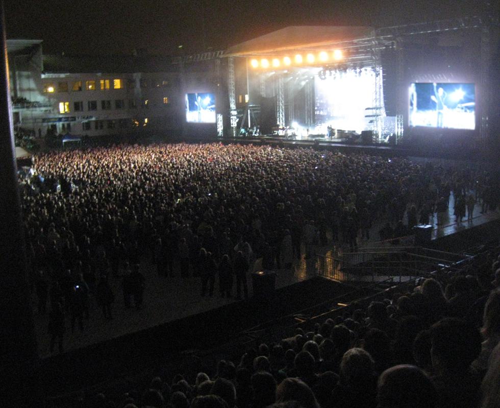 När Bryan Adams tog över scenen fylldes hela arenan med folk.