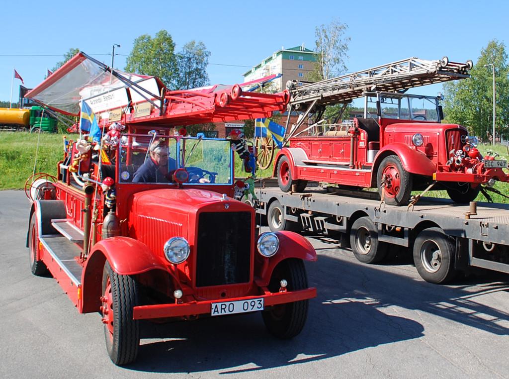 De gamla brandbilarna Aron och Ecce, den ena från 1935 och den andra från 1937. Den nya bilen som ska rulla i Föreningen Sundsvalls Brandkårs regi är inköpt från Volvomuseet i Göteborg